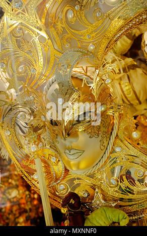 Les masques de carnaval vénitien d'or dans la vitrine, Venise, Italie