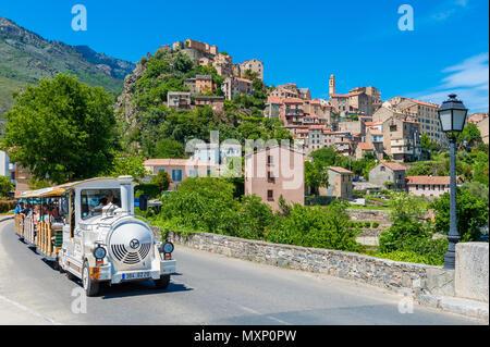 Train touristique conduisant par Street à Corte, Corse, France. Corte est mieux connu pour sa citadelle et à l'université. Banque D'Images