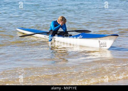 Jeune homme dans une station de ski surf à Branksome Chine, Poole, Dorset, England UK en Juin Banque D'Images