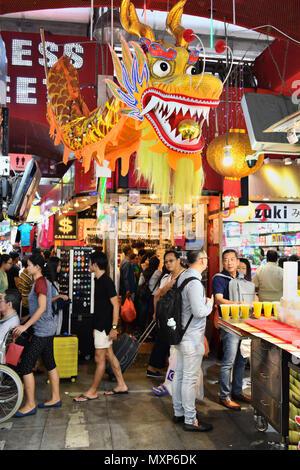 Singapour Bugis Street. Entre les couloirs étroits de ce budget friendly mall, foule de visiteurs et touristes chercher des bonnes affaires et shopping bon marché Banque D'Images