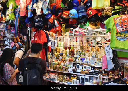 Singapour Bugis Street. Une boutique vend des souvenirs touristiques dans ce budget-friendly mall, plus particulièrement sur le thème des sourvenirs du Merlion. Banque D'Images
