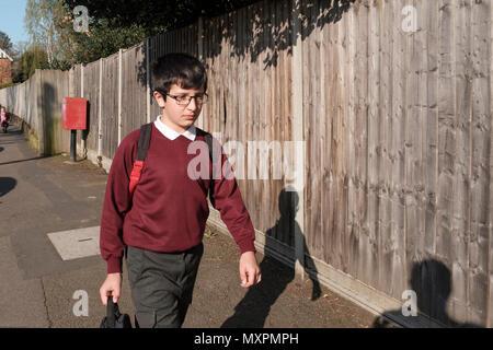 UK,Surrey-10 ans primary school boy,se rend à l'école le matin Banque D'Images