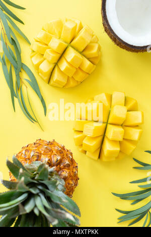 Modèle des fruits tropicaux sur fond jaune. Mise à plat de fruits, mode de vie sain et à l'été. Vue de dessus de table