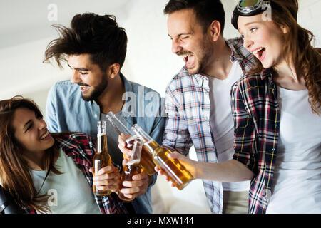 Groupe de professionnels jeunes amis de s'amuser et boire de la bière Banque D'Images