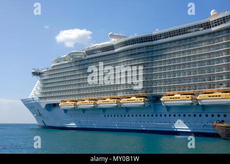 Grand bateau de croisière amarré à Philipsburg, St Maarten, Antilles Banque D'Images