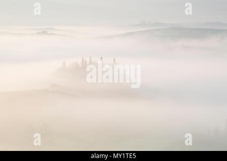 Tourbillon de brouillard dans la vallée au Val d'Orcia, tôt le matin à l'aube, San Quirico d'Orcia, près de Pienza, Toscane, Italie en mai Banque D'Images