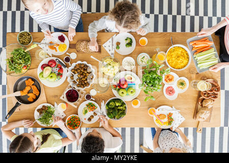 Vue de dessus sur les enfants une alimentation saine pendant la fête d'anniversaire de votre ami Banque D'Images