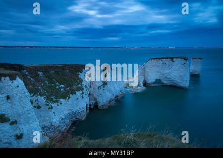 Le crépuscule sur le blanc des falaises et rochers à Harry Studland, à l'île de Purbeck, Jurassic Coast, Dorset, Angleterre Banque D'Images