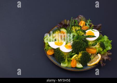 Salade de légumes, sur un fond noir. La nourriture végétarienne. La cuisine chinoise. Repas santé. Place pour le texte. copy space Banque D'Images