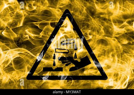Substances corrosives fumée de détresse signe. Signe de danger avertissement triangulaire, la fumée l'arrière-plan. Banque D'Images