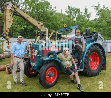 05 juin 2018, l'Allemagne, Philadelphie: Holger Ackermann, (de gauche à droite) bee-keeper et maire de Schauen brut, Ralf Ralf et Tamzow Wittke de la Verein e.V. ('Schlepperfreunde Philadelphie Philadelphie Tracteur Club des Amis d') sur un vieux tracteur robuste 626 800 à partir de l'année 1965. Le Club a un penchant pour les vieilles machines agricoles. En fonction de l'expérience antérieure, de nombreux visiteurs se joindra alors de nouveau sur la sortie de Brandebourg. Photo: Patrick Pleul/dpa-Zentralbild/ZB Banque D'Images