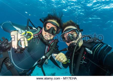 Portrait de couple sous-marine Plongée sous-marine à la Le parc naturel des récifs de Tubbataha, Cagayancillo, Palawan, Philippines Banque D'Images