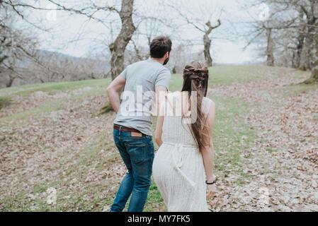 Couple walking in park Banque D'Images
