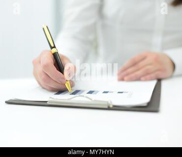 Femme d'affaires l'analyse de la situation financière l'annexe