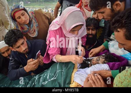 Kulgam, Inde. 06 Juin, 2018. (NOTE DU RÉDACTEUR: Image représente la mort.) soeur de tué Shah Mudasir durant son cortège funéraire. Photo: Zafar Dar/Pacific Press/Alamy Live News