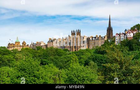 Vue sur l'horizon à travers les jardins de Princes Street d'immeubles dans la vieille ville d'Édimbourg, Écosse, Royaume-Uni Banque D'Images