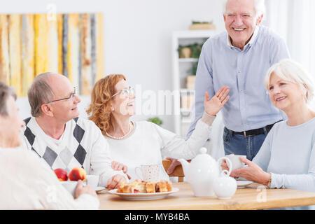 Happy senior gens passent les après-midi ensemble à la maison Banque D'Images