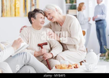 Les deux meilleurs amis de passer du temps ensemble dans la maison de soins infirmiers Banque D'Images