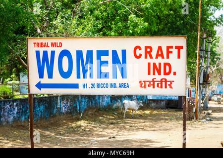 Publicité Sauvage Tribal signe en bordure de l'artisanat des femmes, de l'artisanat local, Sawai Madhopur ville près de la parc national de Ranthambore, Rajasthan, Inde du nord Banque D'Images
