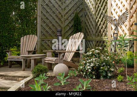 Belle, paysagé, jardin privé close-up avec un design contemporain, les plantes, la frontière coin patio & caractéristiques ornementales - Yorkshire, Angleterre, Royaume-Uni. Banque D'Images