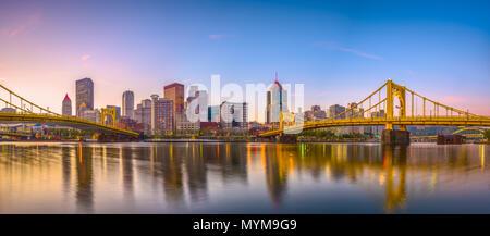 Pittsburgh, Pennsylvanie, USA skyline panorama sur la rivière Allegheny au crépuscule. Banque D'Images