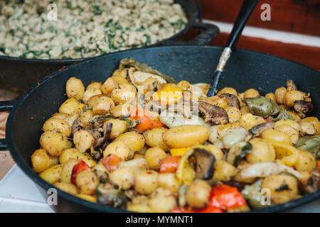 Préparation des légumes à partir de champignons et de légumes dans une poêle Banque D'Images