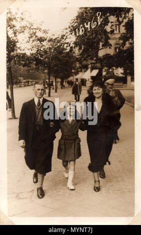 Une sortie en famille juive, Katowice, Pologne, vers 1933. La famille s'est sauvée au Danemark avant l'invasion nazie de la Pologne. Ce que leur destin était dans occopied Le Danemark n'est pas connu, mais la petite fille s'est retrouvé en Angleterre. Banque D'Images