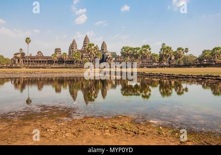 Angkor Wat, au Cambodge - L'un le plus grand monument religieux du monde, et le plus célèbre du pays. Dans l'image le temple principal Banque D'Images