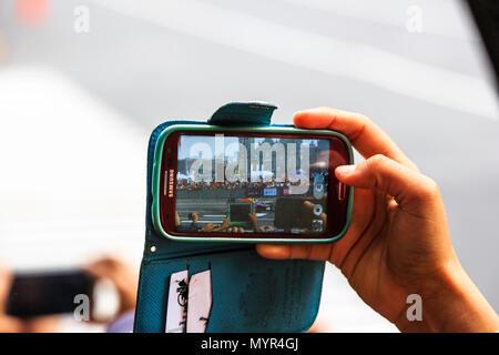 La ville de Mexico, Mexique - 27 juin 2015: spectateur de prendre la vidéo pour un F1 Red Bull Racing RB7, à la voiture Infiniti Red Bull Racing F1 Showrun. Banque D'Images