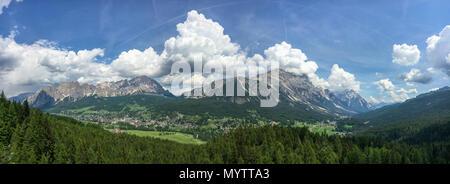 Vue panoramique de la ville Italie Cortina d'Ampezzo en face de la montagne Cristallo Banque D'Images