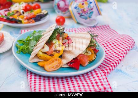 Tortilla de légumes et saumon. Alimentaire de remise en forme. Repas santé. Les légumes et les poissons. Menu d'été. L'alimentation, Banque D'Images