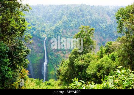 Cascade à partir de la ligne de streaming haute montagne au Laos
