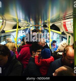 Tait Rd, London, Greater London, UK. Feb 27, 2016. Les passagers debout sur un service ferroviaire sud samedi peek dans Londres. Les voyageurs en provenance de la côte sud a dû voyager via un bus de remplacement des rails à Brighton avant de monter à bord d'un train bondé Crédit: Julie Edwards/StockimoNews/Alamy Live News