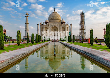 Taj Mahal avec réflexion sur l'eau, Agra, Inde Banque D'Images