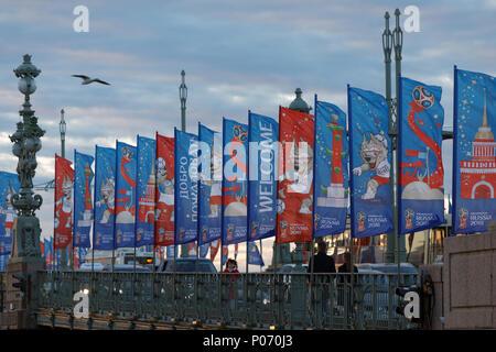 Saint-pétersbourg, Russie, 8 juin 2018. Trinity bridge décoré par des bannières avec Zabivaka, la mascotte de la Coupe du Monde de la FIFA 2018. Saint-pétersbourg accueillera huit matches de première Coupe du Monde de qui aura lieu le 15 juin: StockphotoVideo Crédit/Alamy Live News Banque D'Images