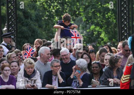 London, UK 9 Juin 2018: Les membres du public vu le long du Mall en attente de la famille royale sur le chemin de la Horse Guards Parade Ground le 9 juin 2018. Plus de 1400 soldats défilent, 200 chevaux et 400 musiciens se réunissent chaque mois de juin dans un grand affichage de la précision militaire, à l'équitation et fanfare pour marquer l'anniversaire officiel de la Reine. Crédit: David Mbiyu/Alamy Banque D'Images