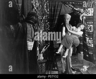 Titre original: le cheik. Titre en anglais: Le cheik. Directeur de film: GEORGE MELFORD. Année: 1921. Stars: RUDOLPH VALENTINO; AGNES AYRES. Credit: FAMOUS PLAYERS/PARAMOUNT / Album Banque D'Images
