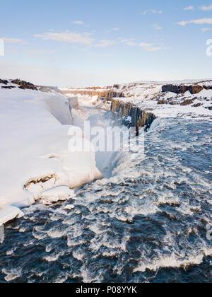Vue aérienne, paysage enneigé, gorge, canyon aux masses d'eau, cascade Dettifoss en hiver, le nord de l'Islande, Islande Banque D'Images
