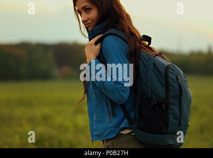 Randonnée heureuse femme aventureux ont un voyage avec d'énormes bleus sur fond d'été nature musette Banque D'Images