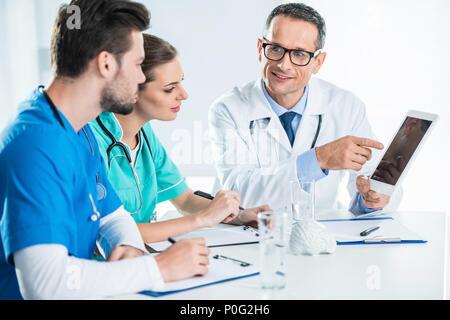 Les jeunes médecins généraliste et avoir conversation Banque D'Images