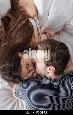 Vue de dessus du couple dans le lit au matin Banque D'Images
