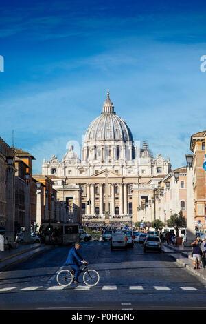Les foules affluent à la basilique Saint-Pierre et le Vatican à Rome, Italie. Banque D'Images