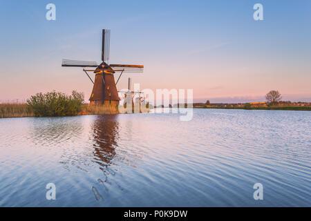 Moulin reflète dans le canal Kinderdijk Rotterdam Pays-Bas Hollande du Sud Europe Banque D'Images
