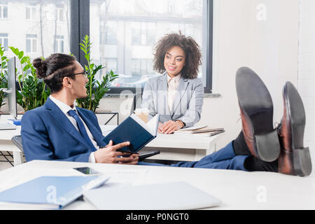 African American businessman and woman discuter des idées in office Banque D'Images