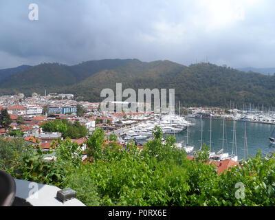 Vue sur Port de plaisance de Marmaris, et Vieille Ville, province de Mugla, Marmaris, Turquie Banque D'Images