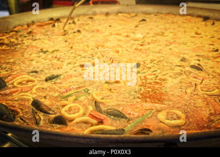 Paella aux fruits de mer dans une poêle paella Banque D'Images