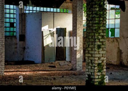 À l'intérieur d'un bâtiment industriel abandonné en mauvais état dans le district de Milan, Italie