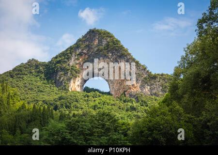 Paysage panoramique été ensoleillé à Moon Hill, comté de Yangshuo de Guilin, Chine. Banque D'Images