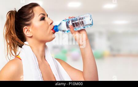L'activité Fitness concept - portrait d'une jeune femme séduisante de l'eau potable au cours de l'entraînement (copie espace) Banque D'Images