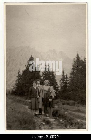 La République socialiste tchécoslovaque, vers 1950: Vintage photo montre les gens en vacances en montagne. Banque D'Images
